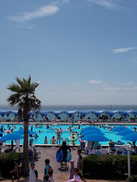Oiso Long Beach pool by Murozo