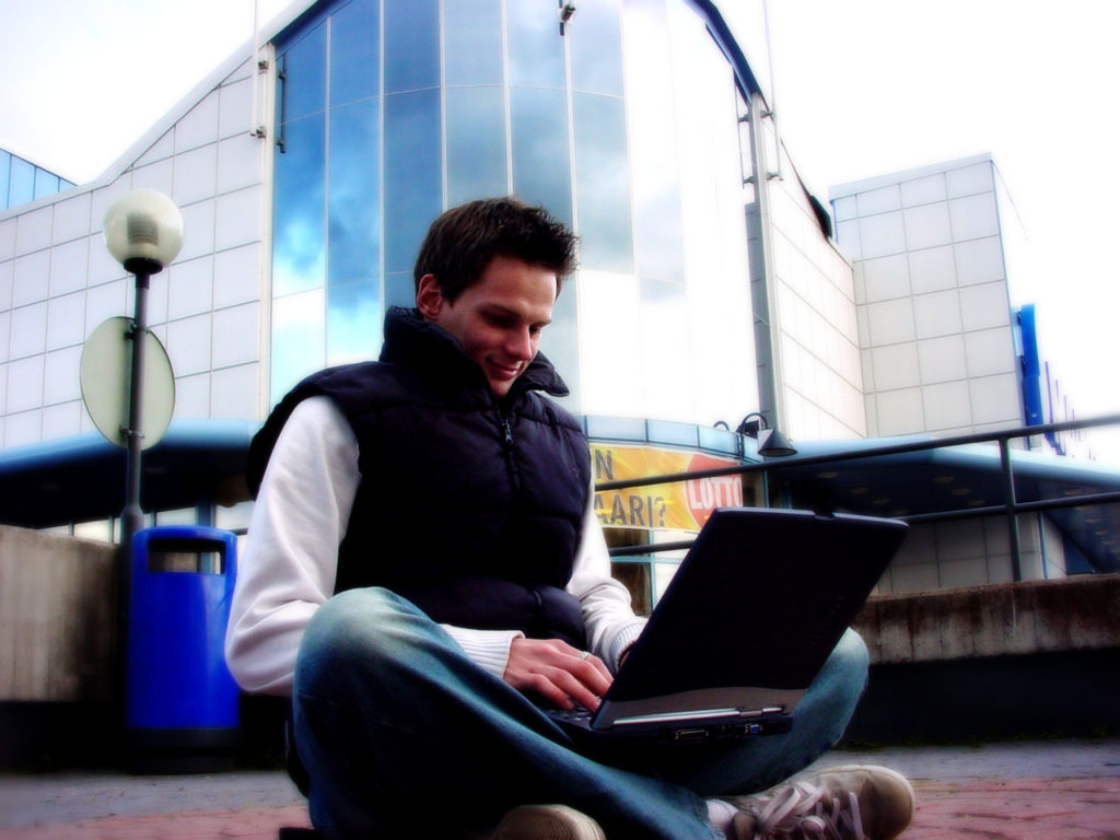 guy-with-laptop-1243596-1280x960